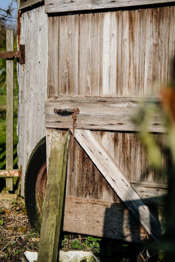 Vieux hangar en bois délabré employé par un bruit de pas rural, vu avec la porte ouverte images libres de droits