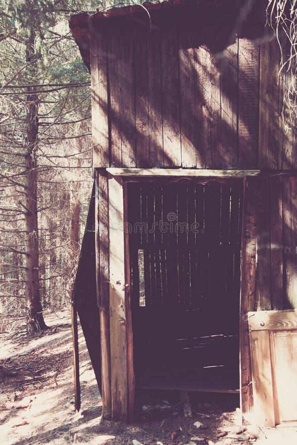 Vieux hangar en bois dans une forêt images stock