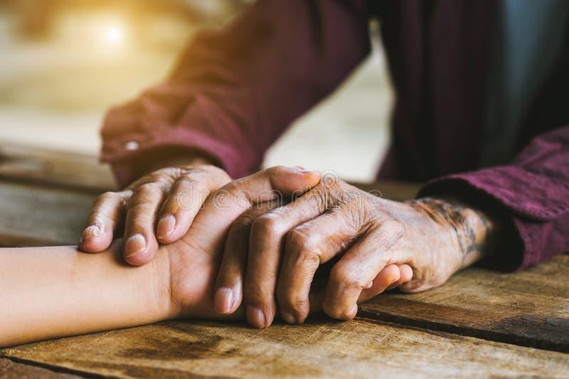 Vieux, homme, mains, triste, pluses âgé, main, jeune, enfant, amitié, aîné, les gens, adulte, patient, vieillissement, amour, soi photographie stock libre de droits