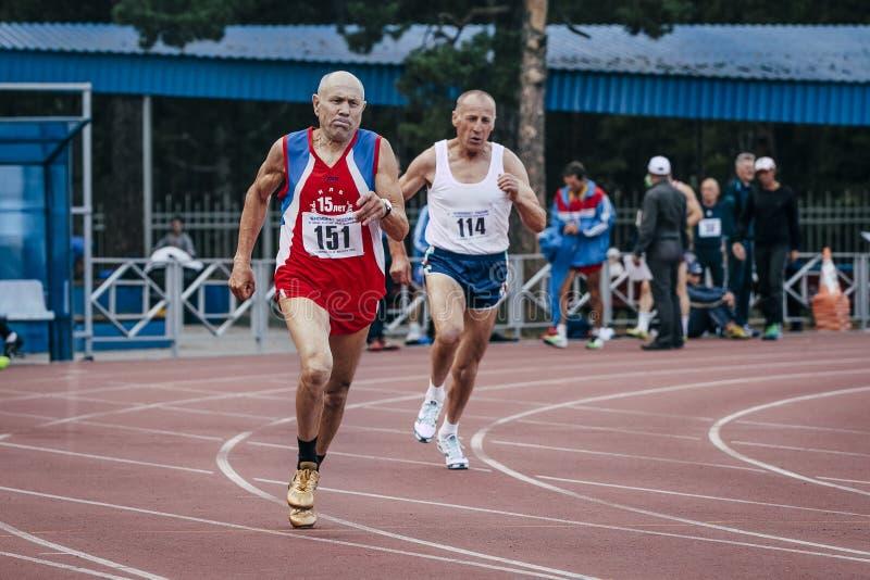 Vieux hommes de concurrence dans les 400m image libre de droits