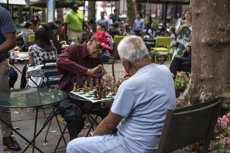 Vieux hommes jouant aux échecs à New York City, Etats-Unis images libres de droits