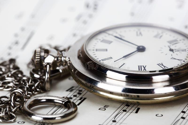 Vieux horloges et cahiers de musique image stock