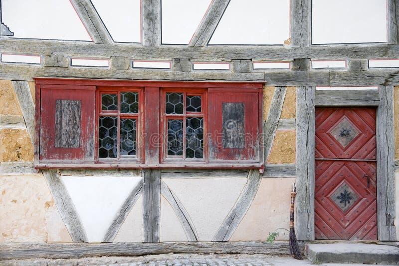 Vieux housefront avec des hublots de boudine photographie stock