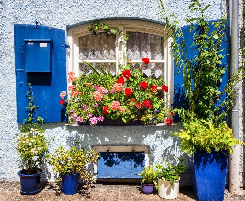 Vieux hublot et fleurs photo libre de droits