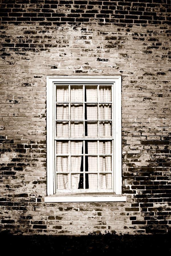 Vieux hublot et mur de briques sur la construction historique image libre de droits