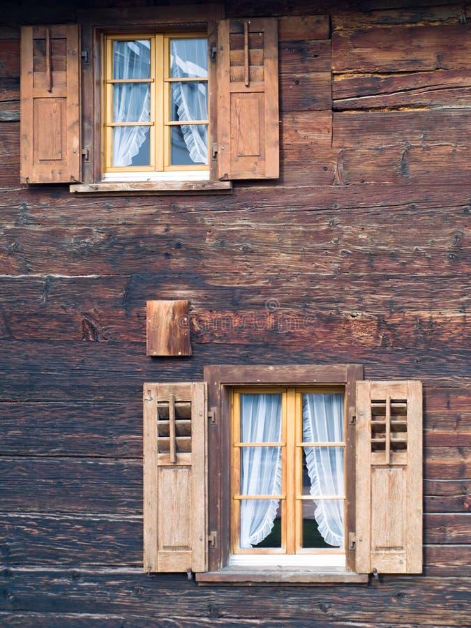 Vieux hublots dans le chalet en bois images libres de droits