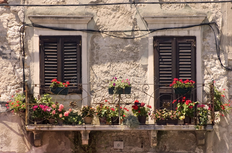 Vieux hublots en Croatie photos stock