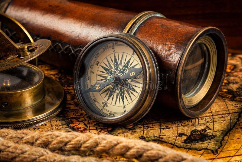 Vieux instruments de boussole et de navigation de vintage sur la carte antique images stock