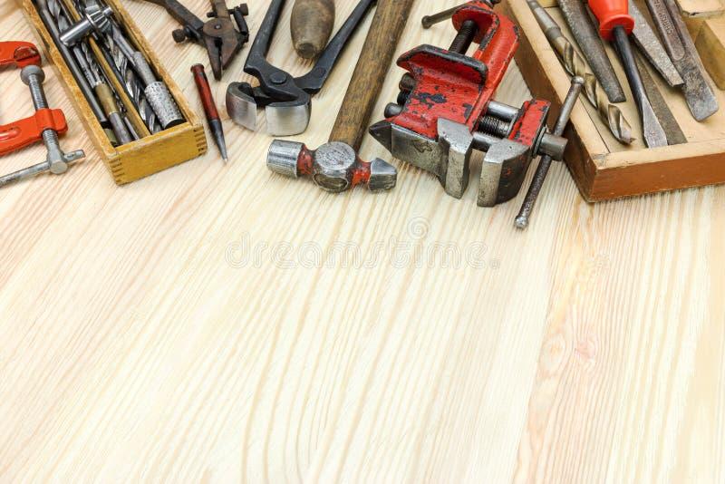 Vieux instruments et outils sales pour la construction et la main de maison photo libre de droits