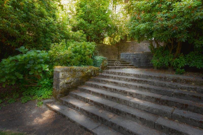 Vieux jardin avec les murs en pierre et les étapes d'escalier photographie stock
