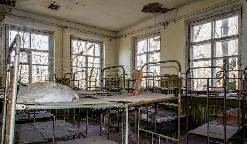 Vieux jardin d'enfants abandonné dans la zone d'exclusion de la catastrophe nucléaire de Chernobyl Jouets abandonnés et vieux  photos libres de droits