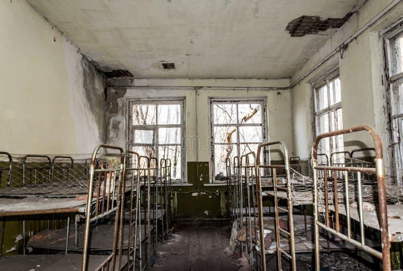 Vieux jardin d'enfants abandonné dans la zone d'exclusion de la catastrophe nucléaire de Chernobyl Jouets abandonnés et vieux  image stock