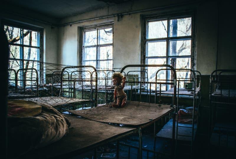 Vieux jardin d'enfants abandonn? dans la zone d'exclusion de la catastrophe nucl?aire de Chernobyl Jouets abandonn?s et vieux b?t photographie stock libre de droits
