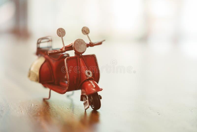 Vieux jouet, style de vintage, beau jouet sur vélo rouge de table le petit photo libre de droits