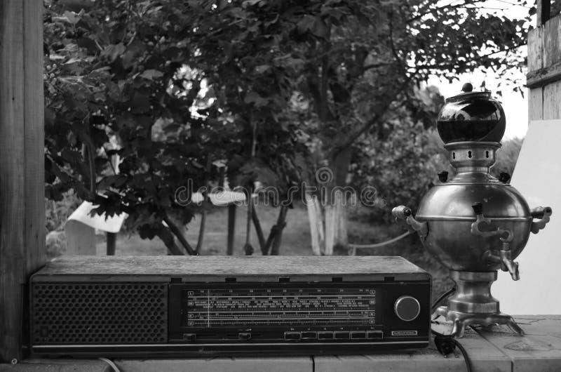vieux joueur et samovar par radio images libres de droits