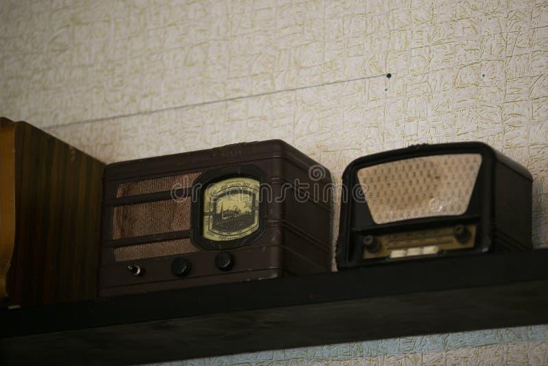 Vieux joueurs par radio sur l'?tag?re dans un magasin d'ordure photographie stock