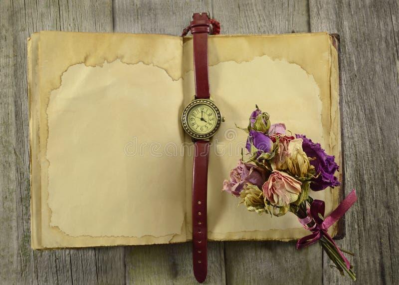 Vieux journal intime avec l'horloge et les fleurs images stock