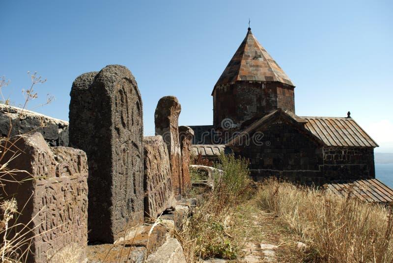 Vieux Khachkar (croix) dans le monastère d'île ou le Sevanavank (église) en île de Sevan, Arménie photo stock