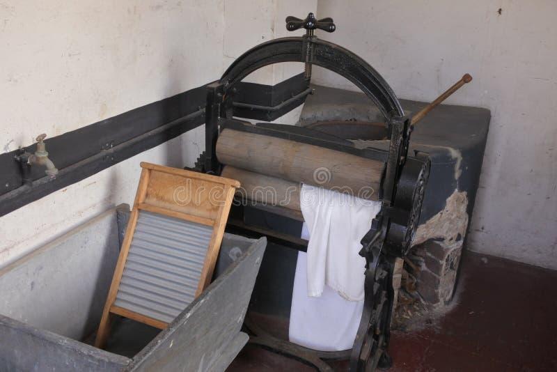 Vieux lavage manuel rouillé de tissu et séchage de la machine de presse photos libres de droits