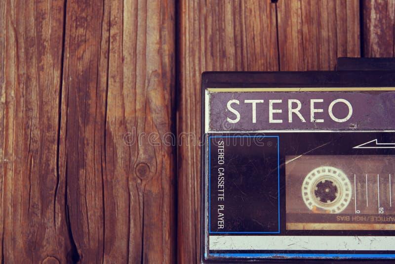 Vieux lecteur de cassettes portatif sur un fond en bois l'image est style d'instagram filtré photo stock