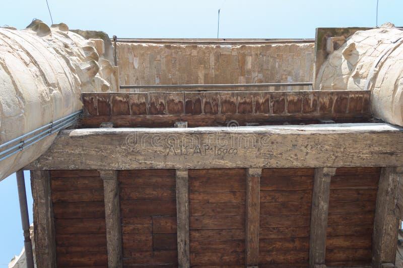 Vieux lettrage découpé sur un conseil en bois sur le dessus de toit de tour d'Arnolfo de Palazzo Vecchio, Florence, Toscane, Ital images stock