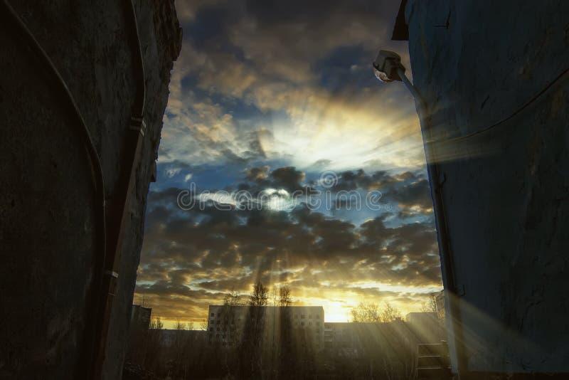 Vieux lever de soleil de ville image stock