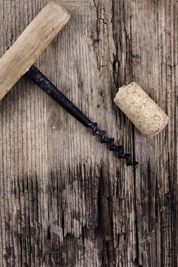 Vieux liège de tire-bouchon et de vin sur le macro plan rapproché extérieur en bois image libre de droits