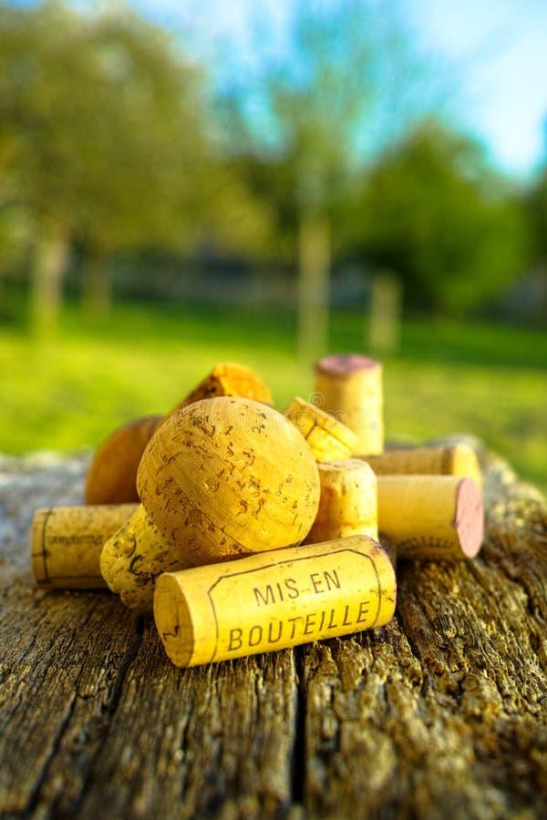 Vieux lièges utilisés de vigne sur le backdround texturisé en bois photographie stock libre de droits
