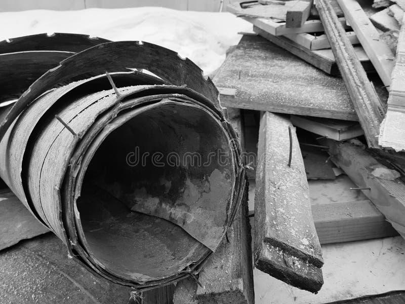 Vieux linoléum avec des clous et vieux conseils, réparations et débris de construction images libres de droits