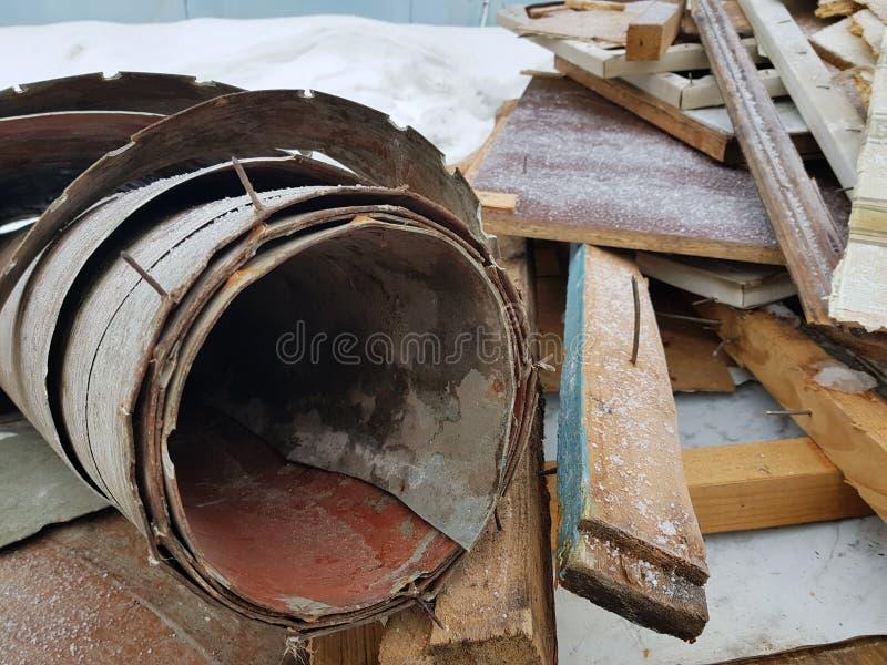 Vieux linoléum avec des clous et vieux conseils, réparations et débris de construction photo libre de droits
