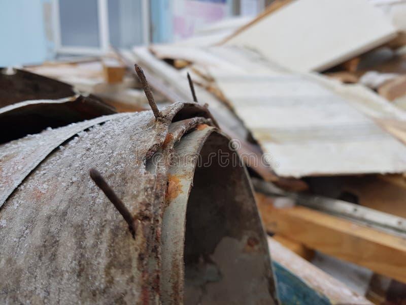 Vieux linoléum avec des clous et vieux conseils, réparations et débris de construction photographie stock libre de droits