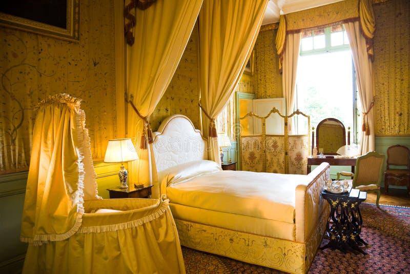 Vieux lit de camp dans la chambre à coucher de luxe photos stock