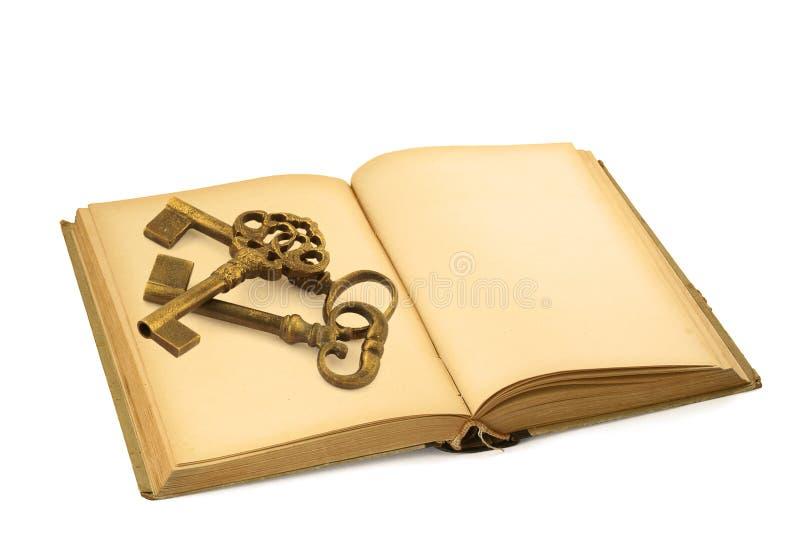 Vieux livre avec des clés photos stock