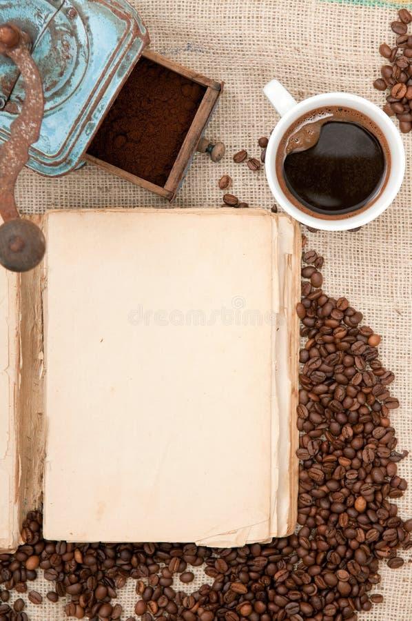 Vieux livre avec du café image libre de droits