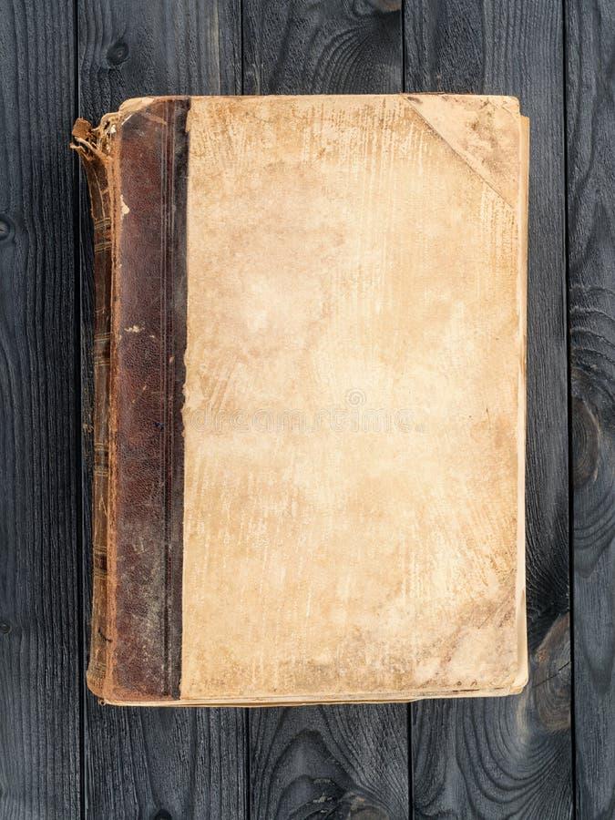Vieux livre avec la couverture vide sur la table en bois image libre de droits
