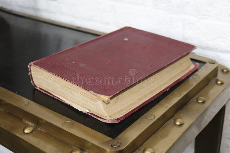 Vieux livre dans une couverture rouge photographie stock