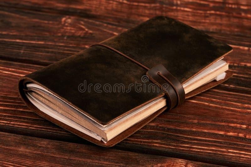 Vieux livre de cuir de vintage sur le fond en bois image stock