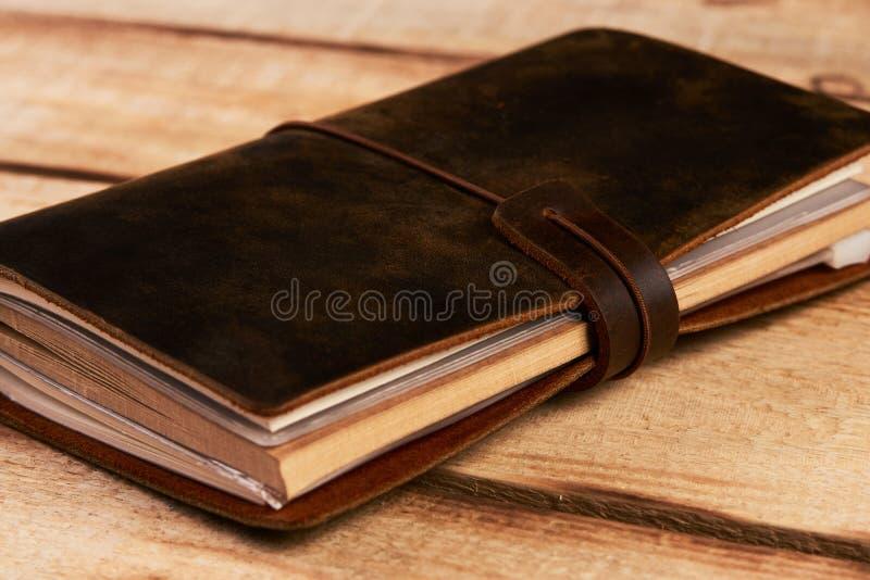 Vieux livre de cuir de vintage sur le fond en bois photo stock