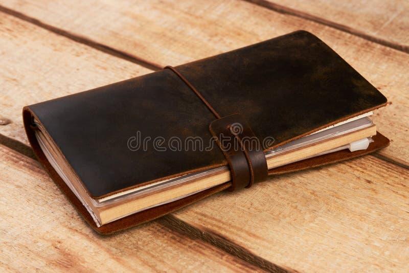 Vieux livre de cuir de vintage sur le fond en bois photos libres de droits