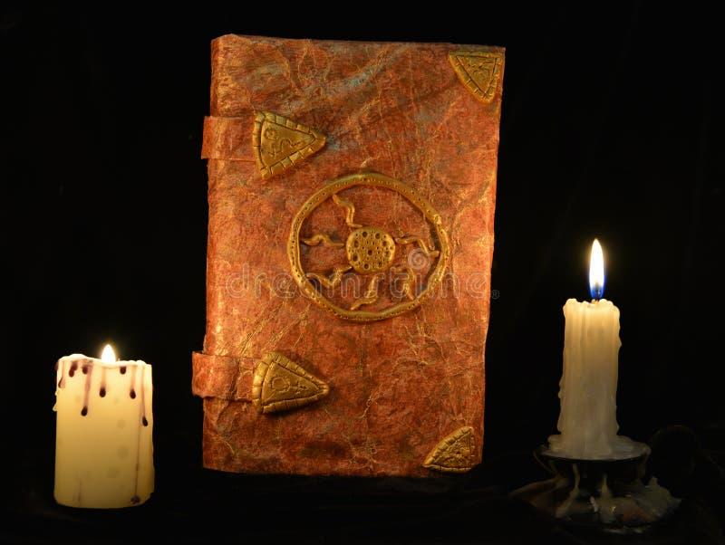 Vieux livre des contes de fées avec des bougies image stock