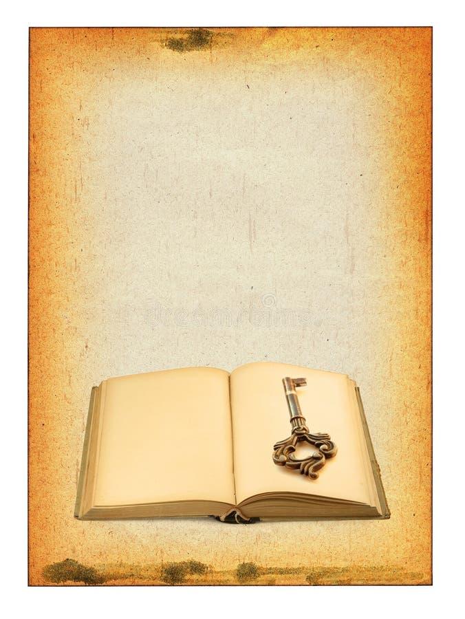 Vieux livre et clé photo stock
