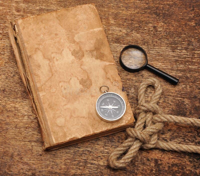 Vieux livre et compas photographie stock