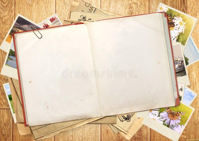 Vieux livre et photos photos libres de droits