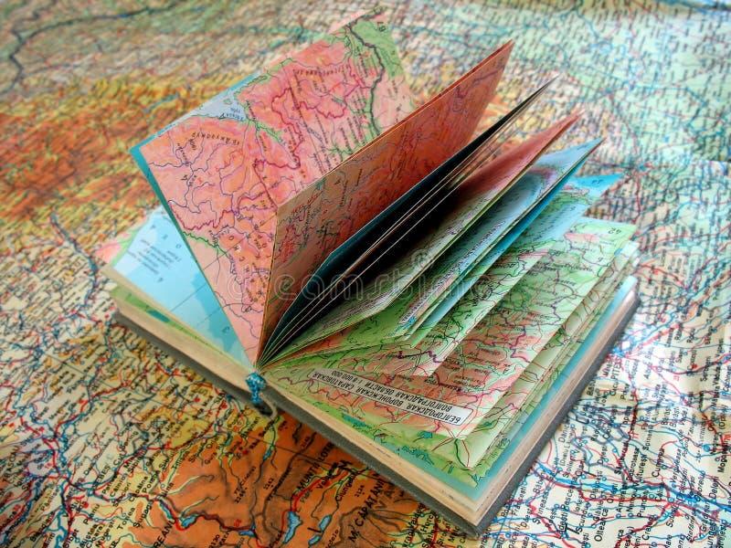 Vieux livre ouvert d'atlas sur la carte d'écart image stock