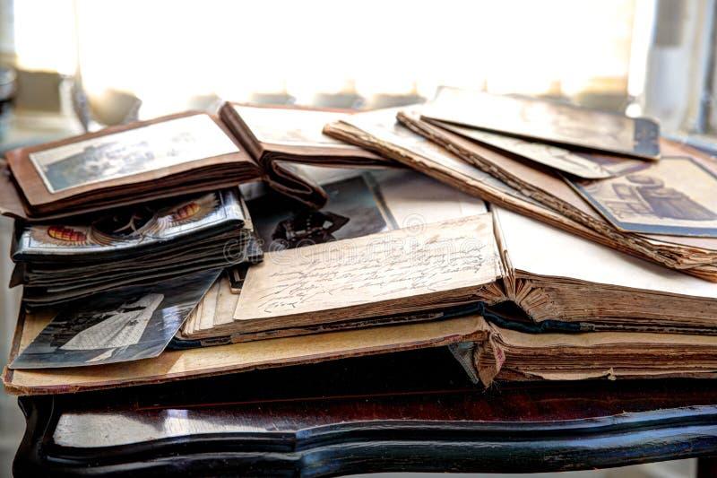 Vieux livres, albums et photos photo stock