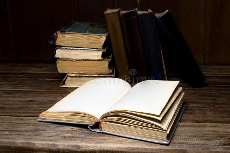 Vieux livres antiques ouverts sur une table en bois images libres de droits