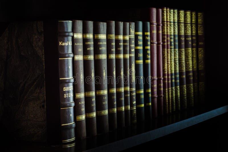 Vieux livres avec le lettrage d'or photos stock
