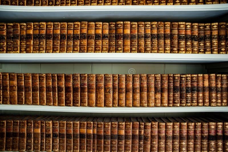 Vieux livres dans une bibliothèque antique photographie stock