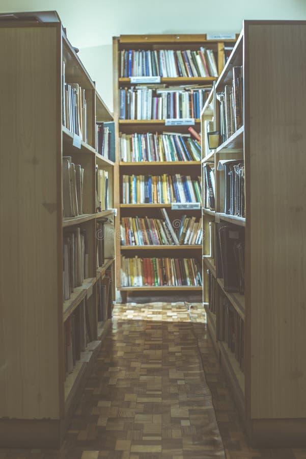 Vieux livres dans une bibliothèque de vintage photos libres de droits