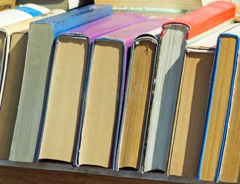 Vieux livres dans une rang?e ext?rieure image stock